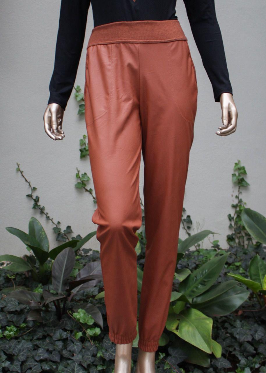 Conjunto calça e blusa com detalhes em couro