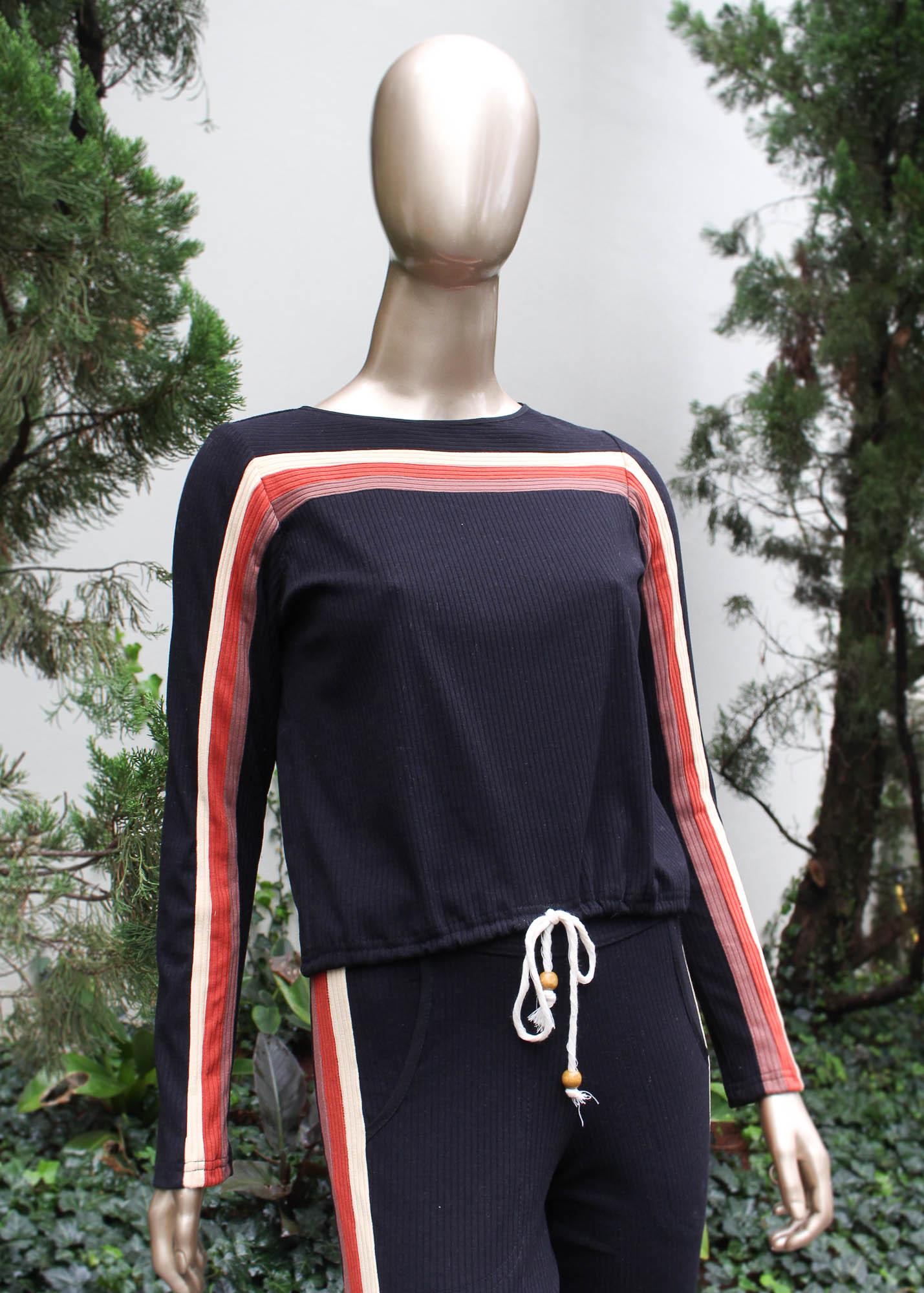 Conjunto calça e blusa com detalhes listrados