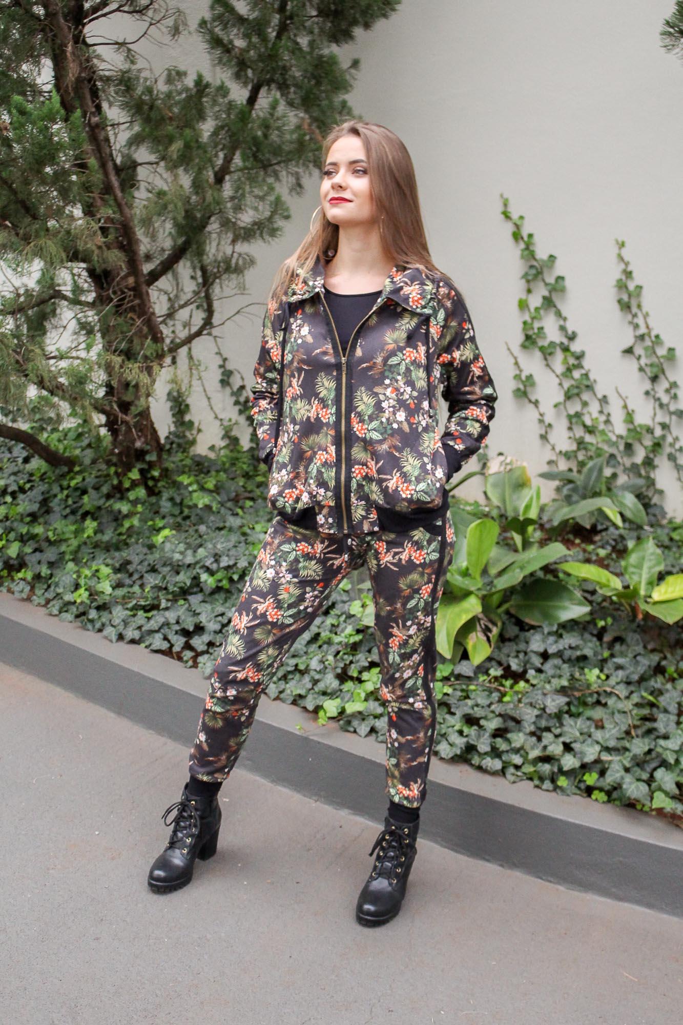 Conjunto calça e jaqueta floral