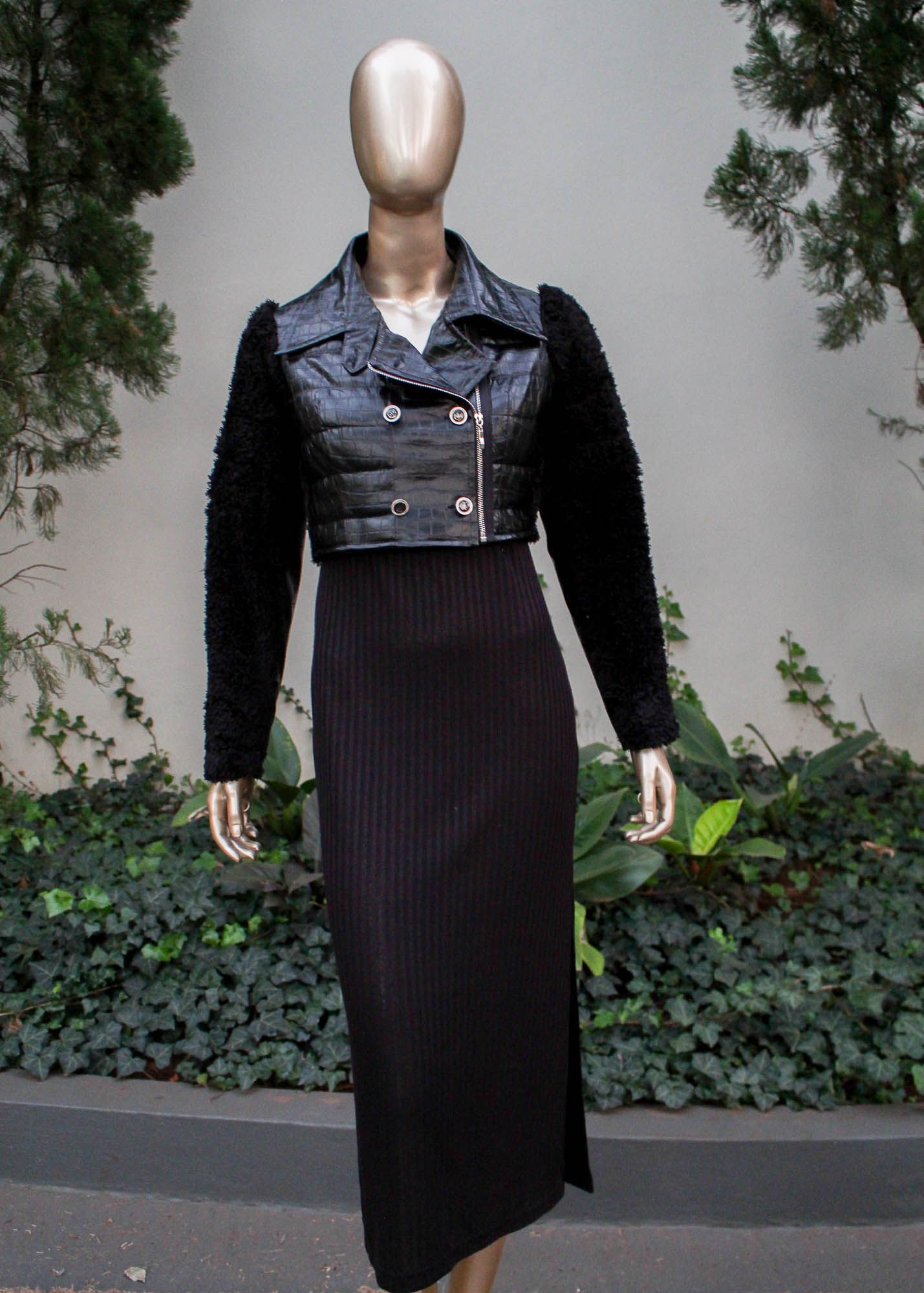 Jaqueta curta de couro sintético com mangas de lã