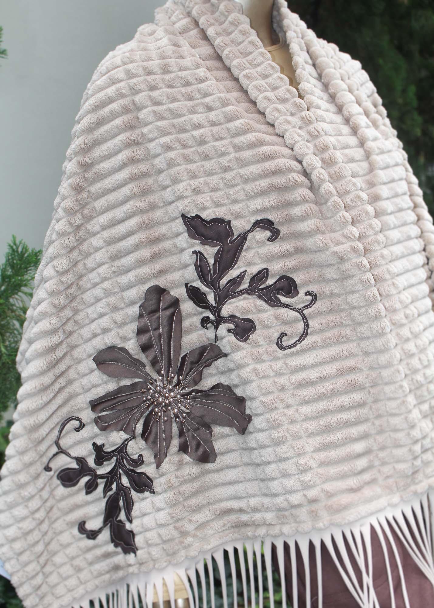 Manta com detalhes em bordados e franjas
