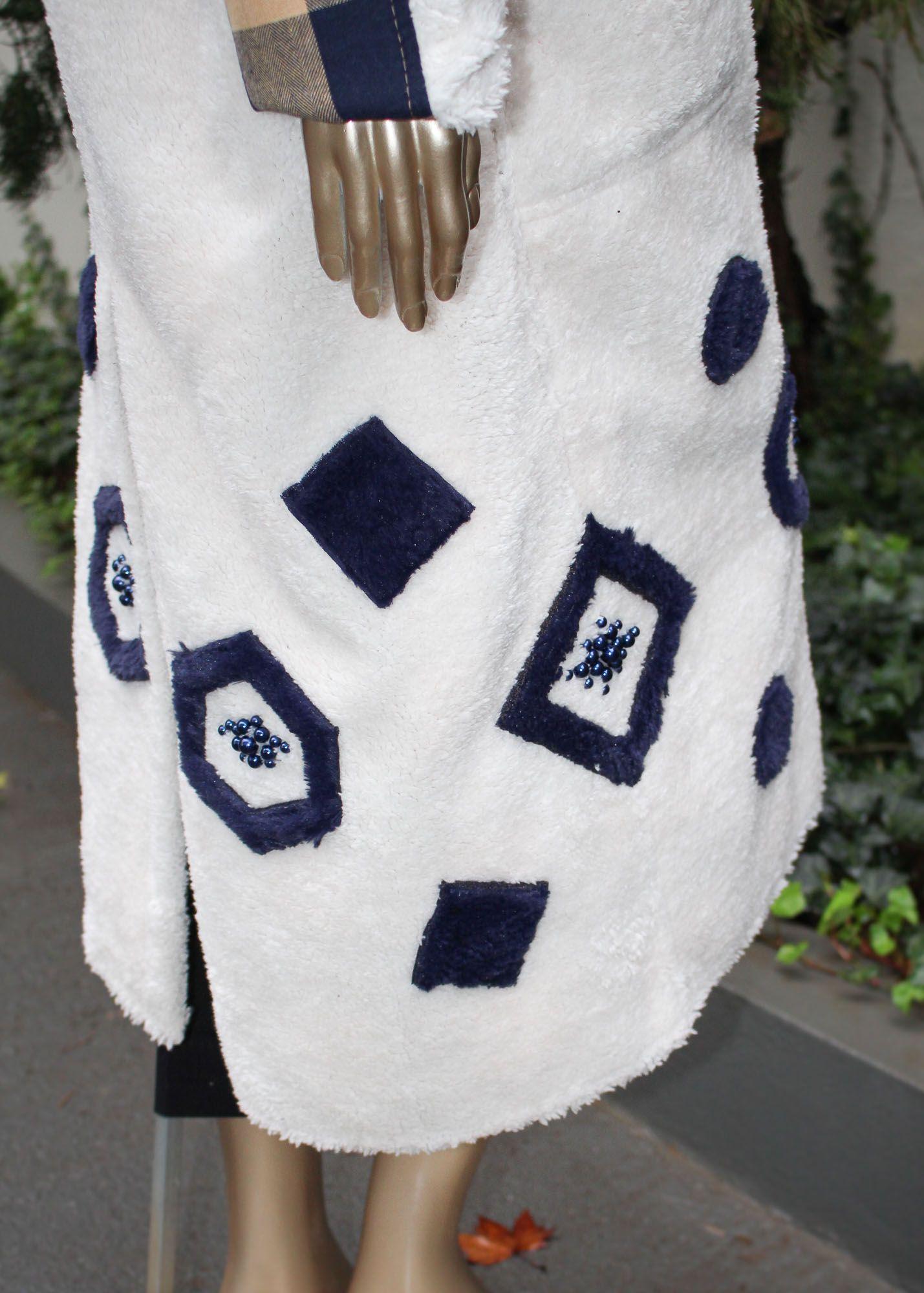 Manto longo peluciado com detalhes em bordados