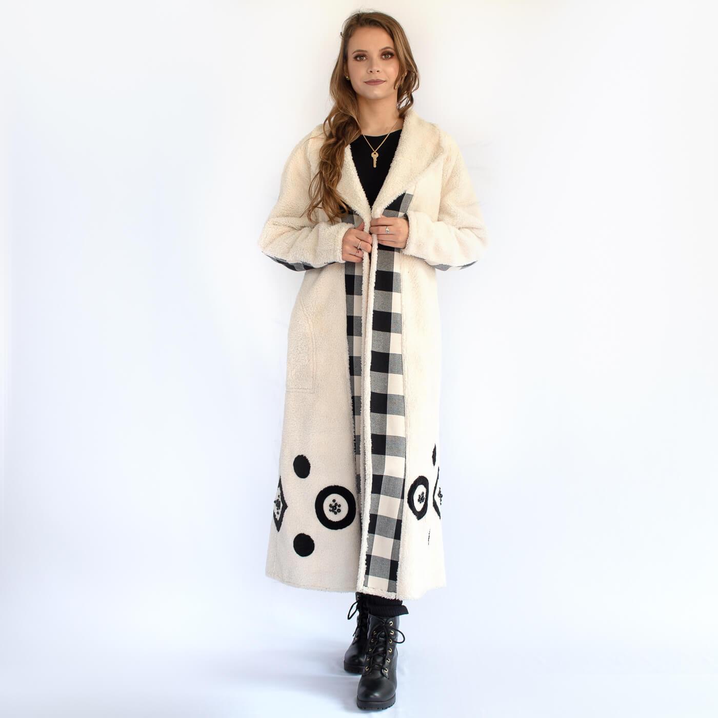 Manto longo peluciado Lika com detalhes em bordados