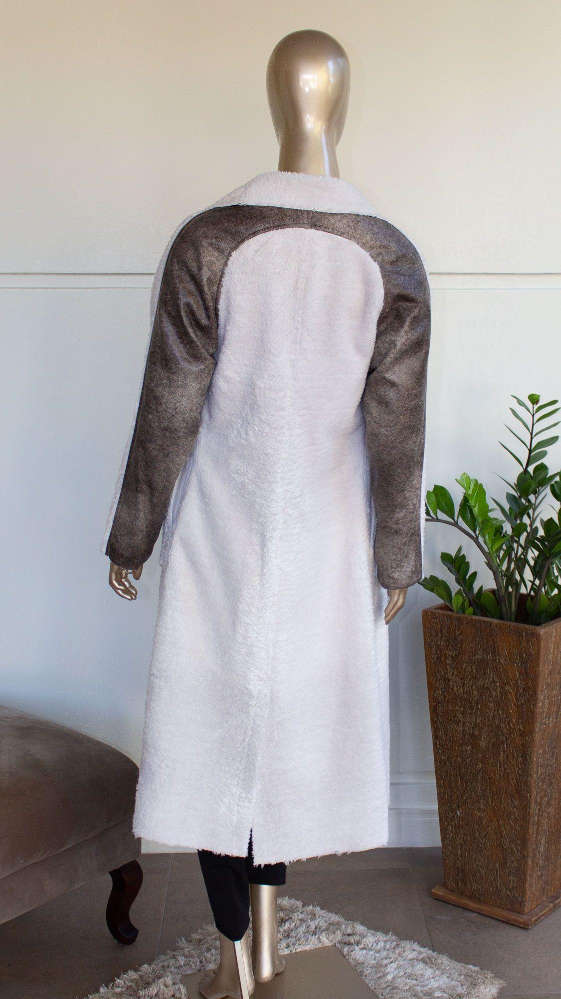 Manto longo peluciado com detalhes em couro sintético