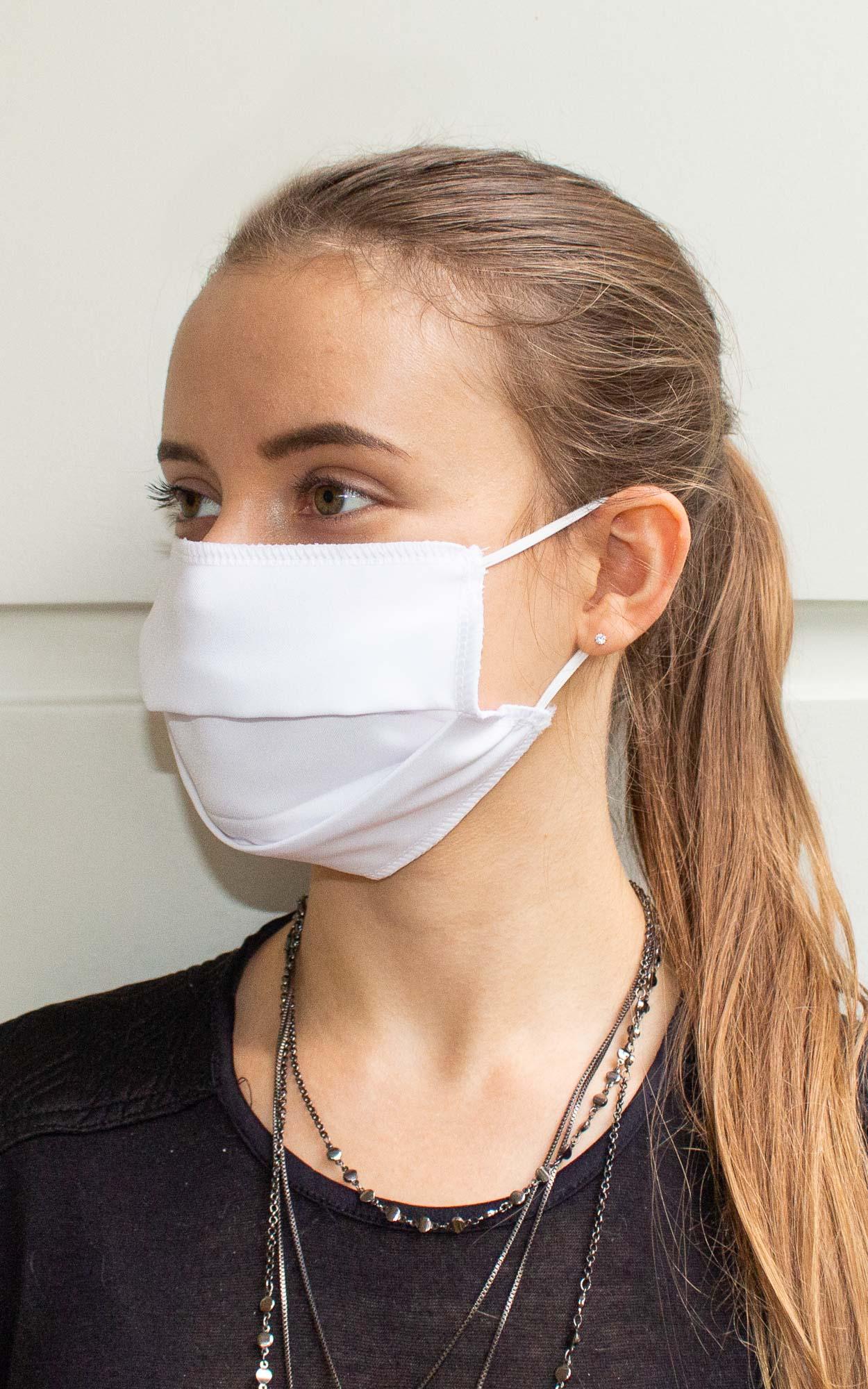 Máscara retangular com prega na cor branca