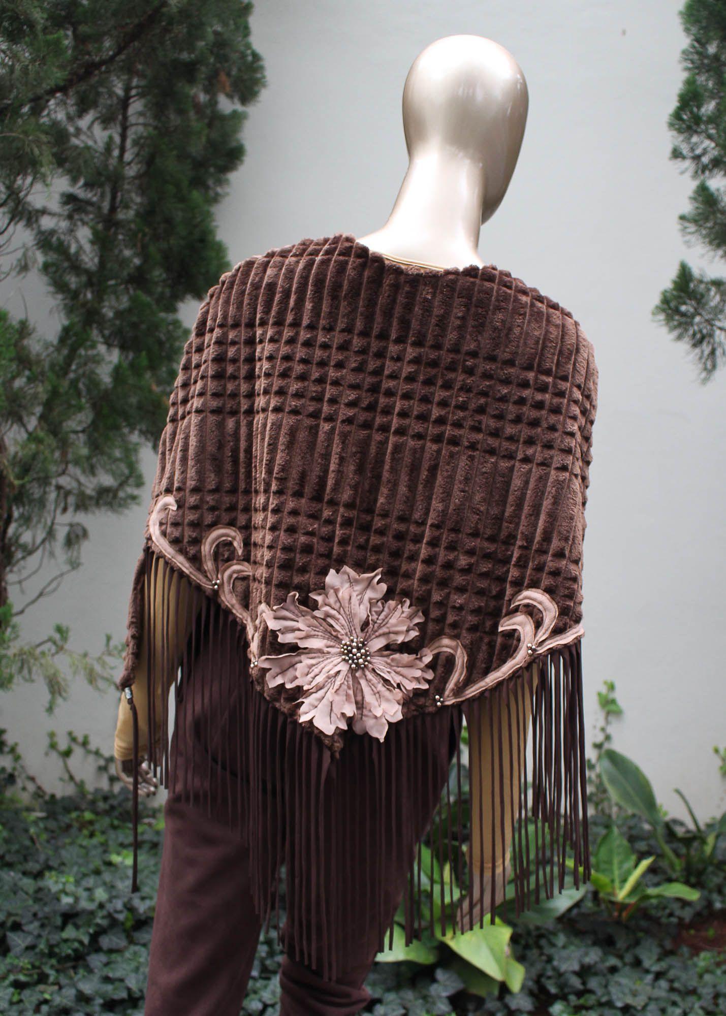 Pala de manga com detalhes em bordados e franjas