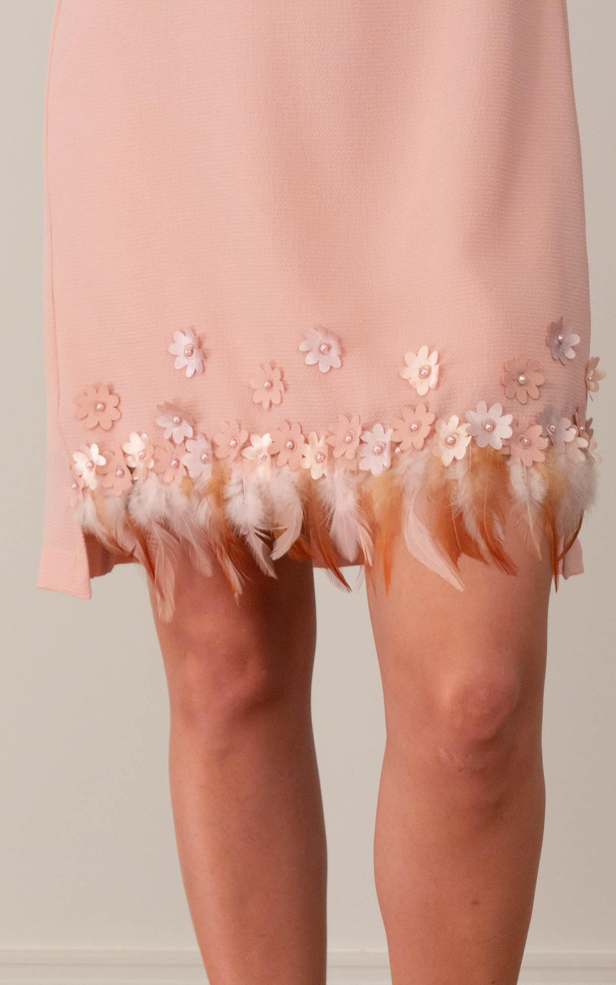 Vestido curto com detalhes em aplicação de bordados