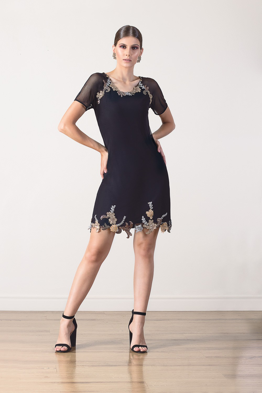 Vestido curto com detalhes em bordados e  pedrarias