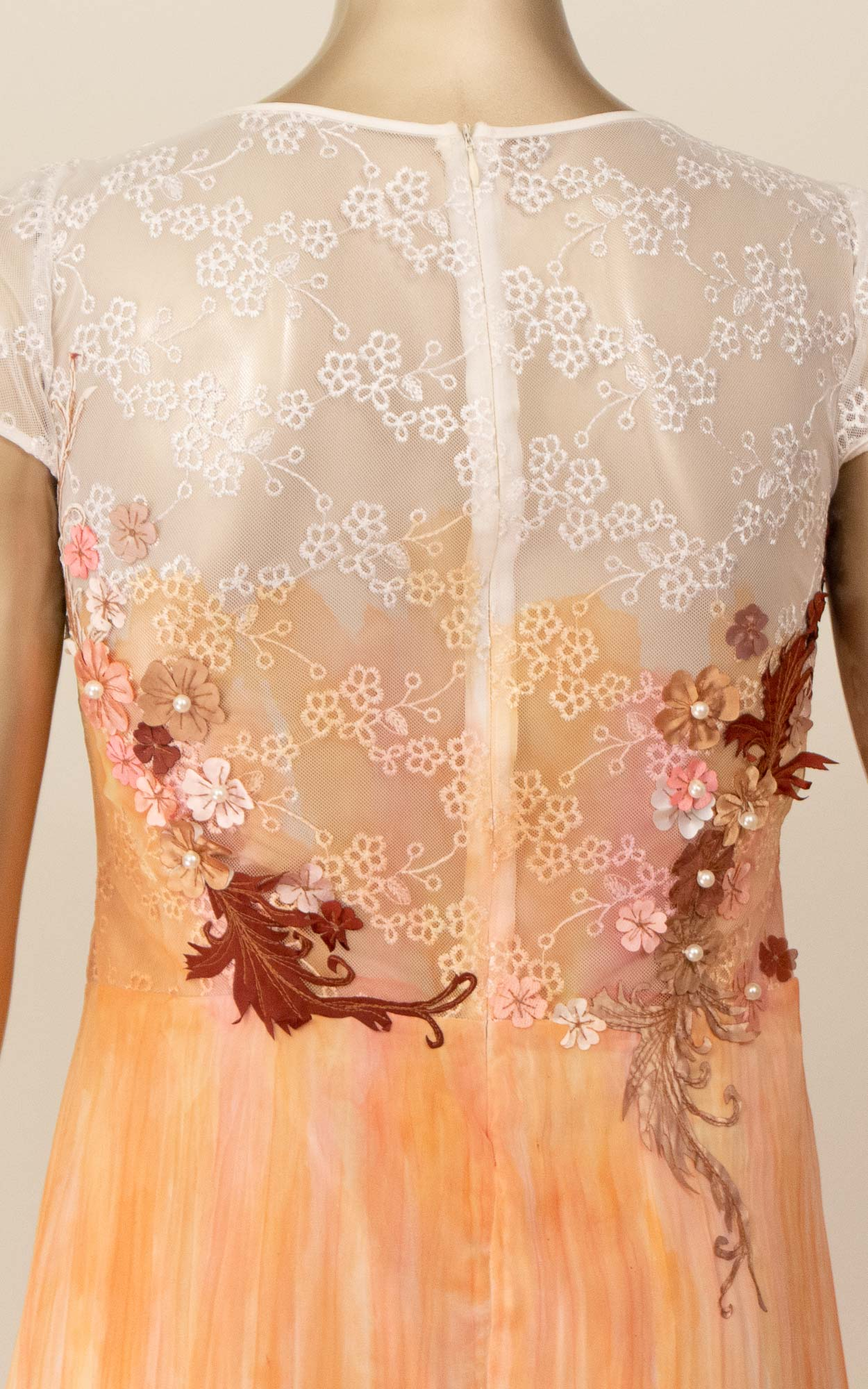 Vestido curto com detalhes em renda e bordados