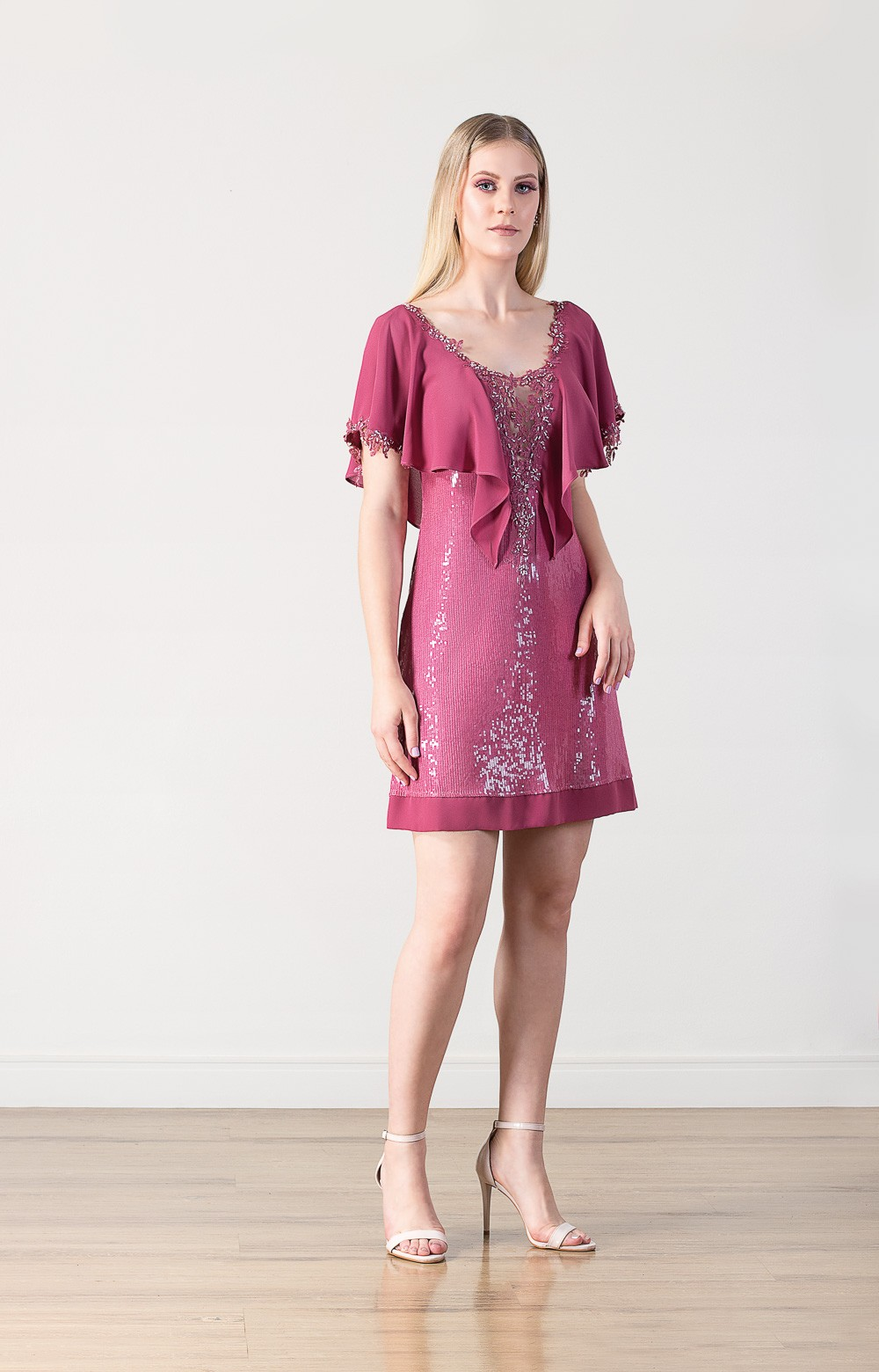 Vestido curto de paetê com detalhes em bordados e pedrarias