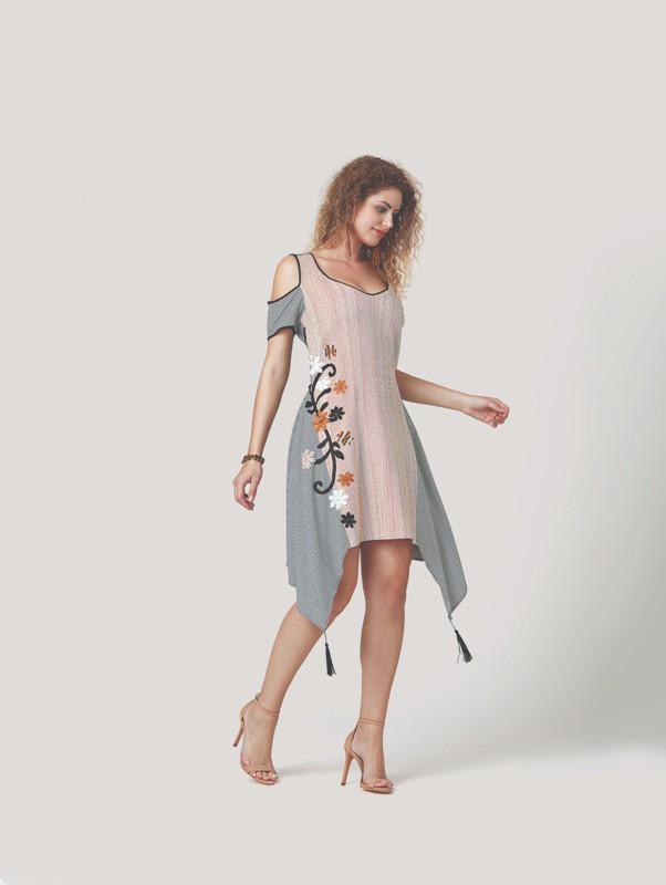 Vestido curto de pontas com detalhes em bordados