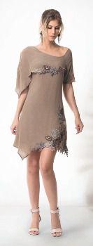 Vestido curto de pontas com detalhes em bordados e pedrarias