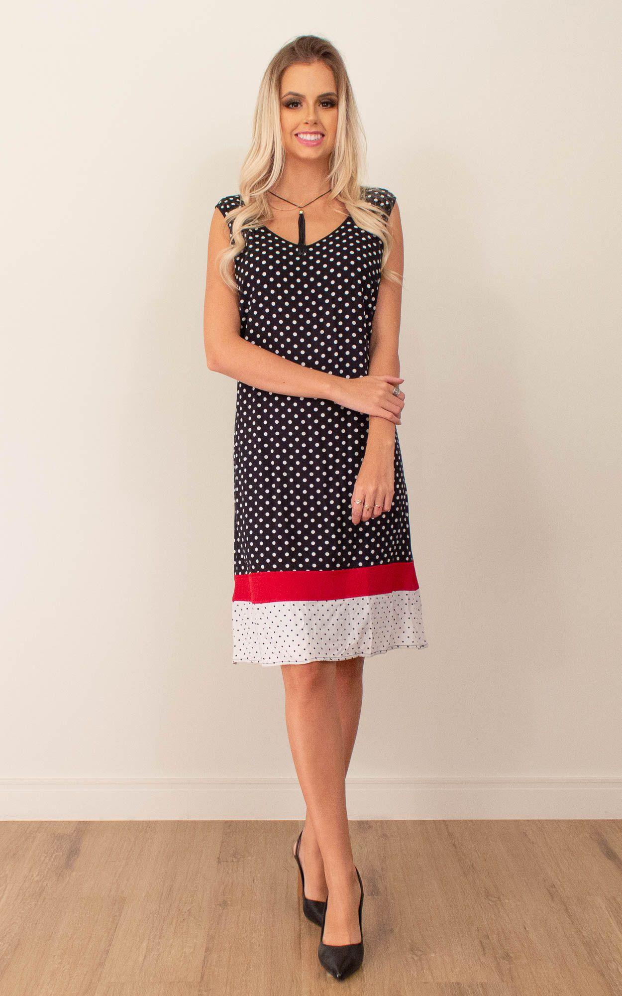 Vestido curto poá na cor preta com detalhes em vermelho.