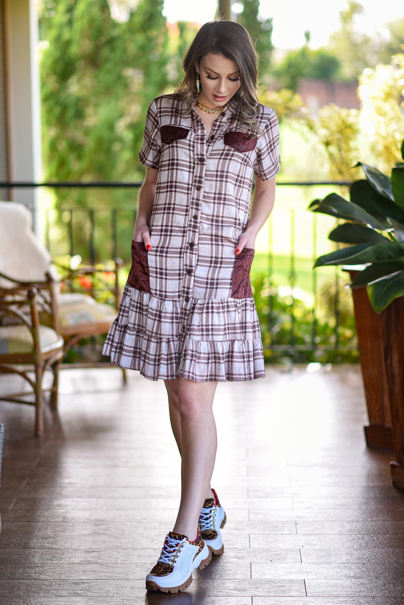 Vestido curto xadrez com bolsos e detalhes babados