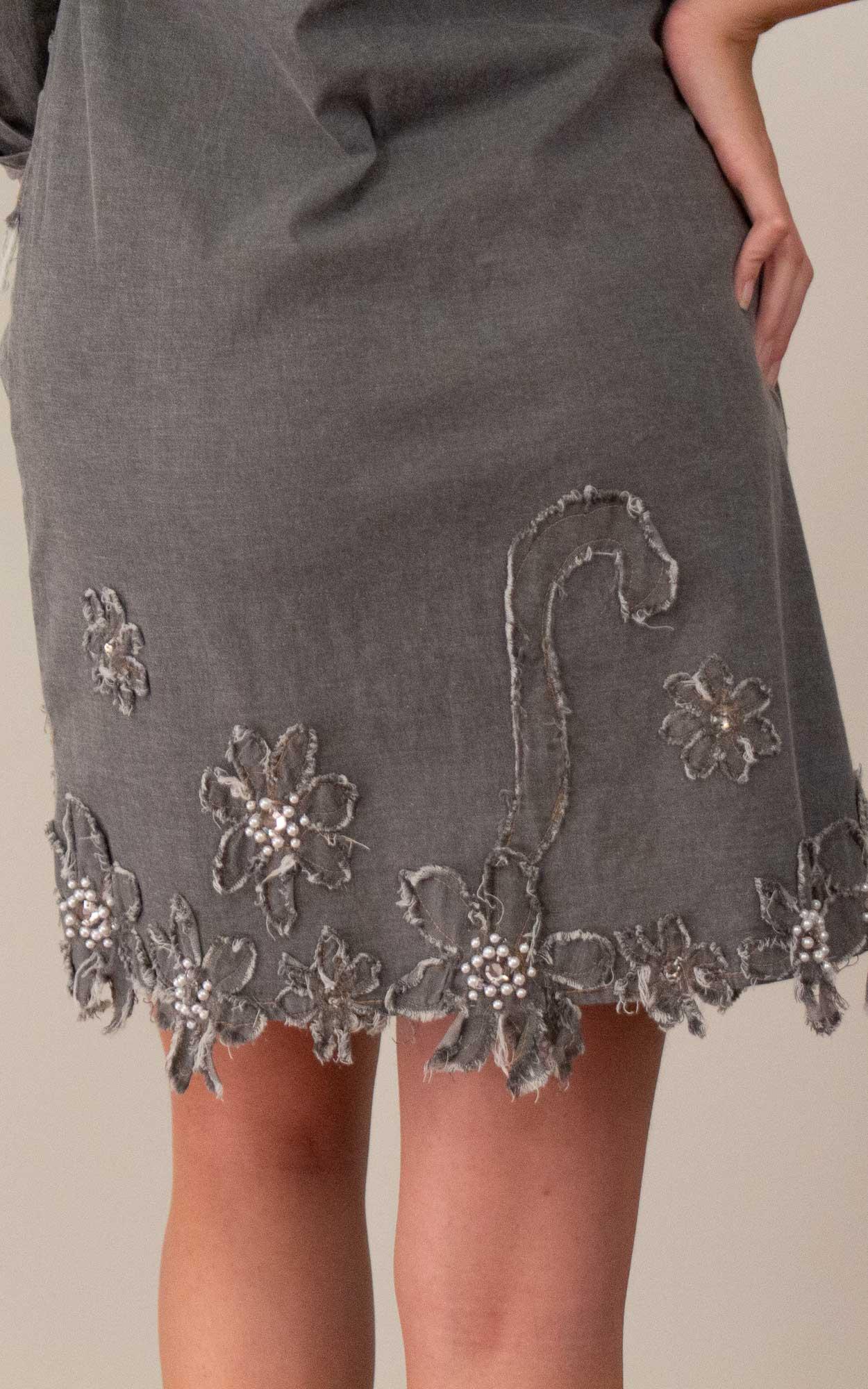 Vestido jeans com detalhes em flores e pedrarias