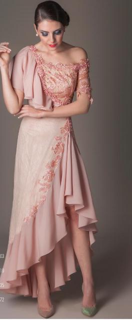 Vestido longo com detalhe em fenda, babados e pedrarias