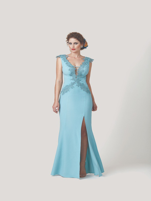 Vestido longo com detalhe em fenda, bordados e pedrarias
