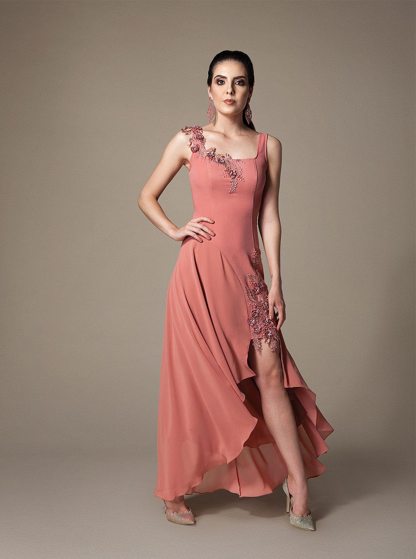 Vestido longo com detalhe em fenda e bordados