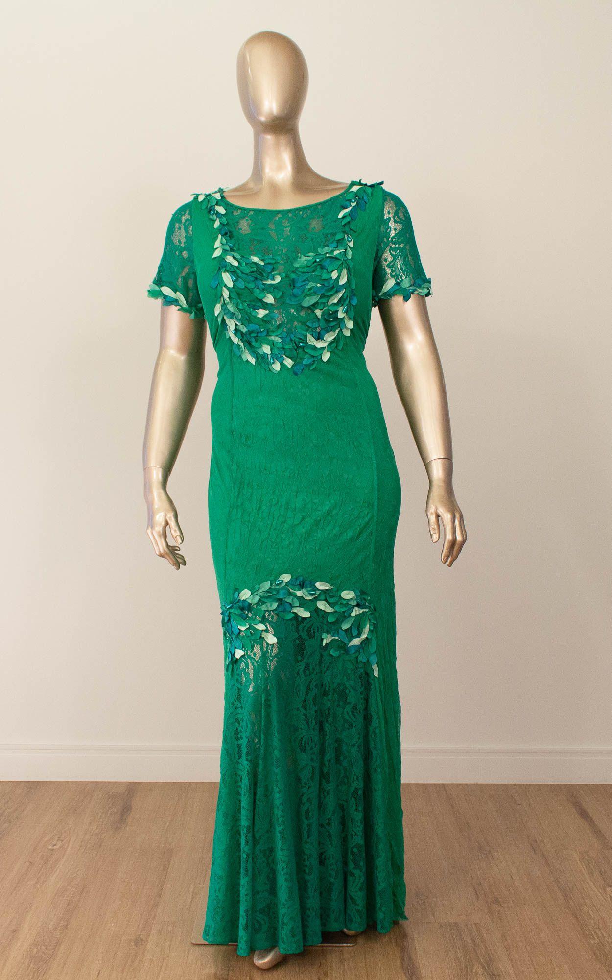 Vestido longo com detalhes em renda e bordados