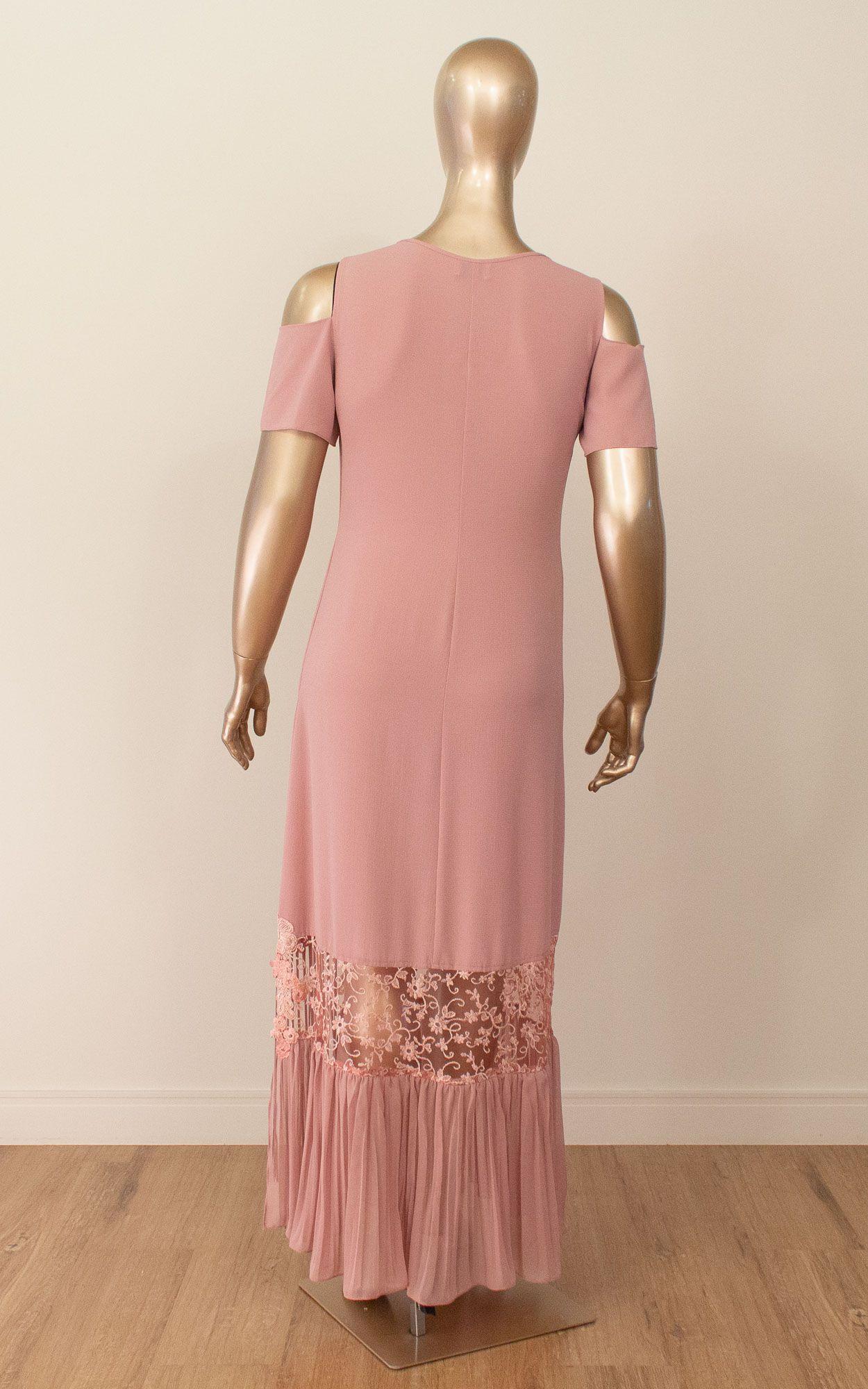 Vestido longo com detalhes em renda e franjas