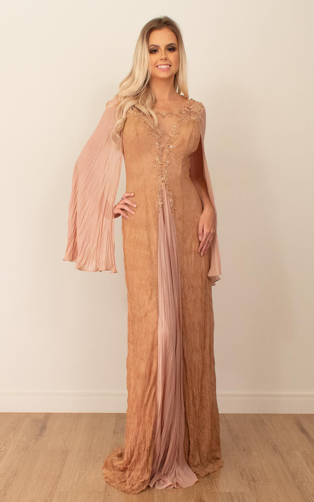 Vestido longo com mangas sobrepostas e detalhes em bordado de pedrarias
