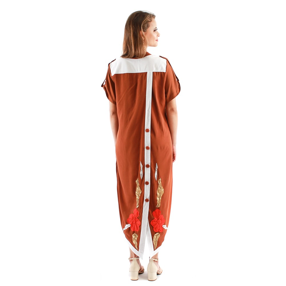 Vestido midi com bolsos e detalhes em bordados