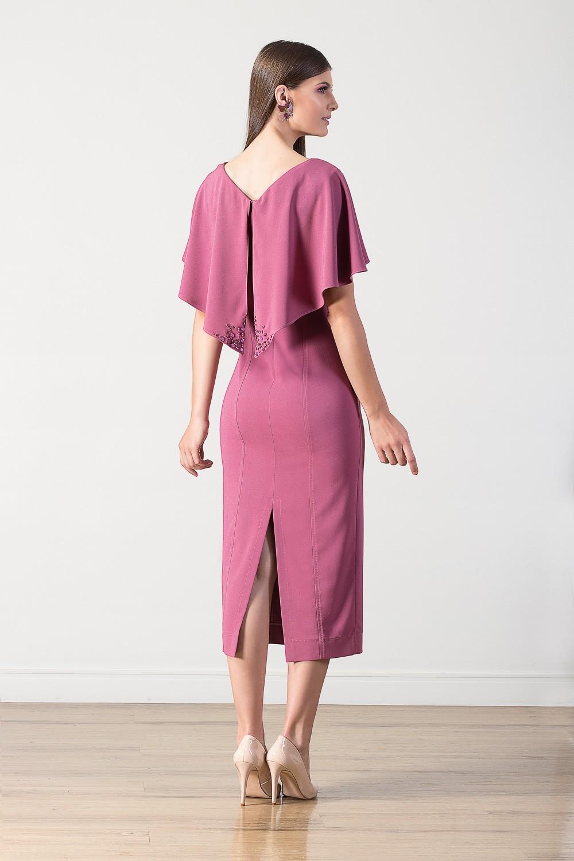 Vestido midi com capa e detalhes em pedrarias