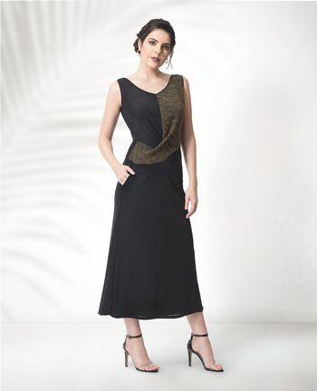 Vestido midi com detalhe transpassado e bolsos