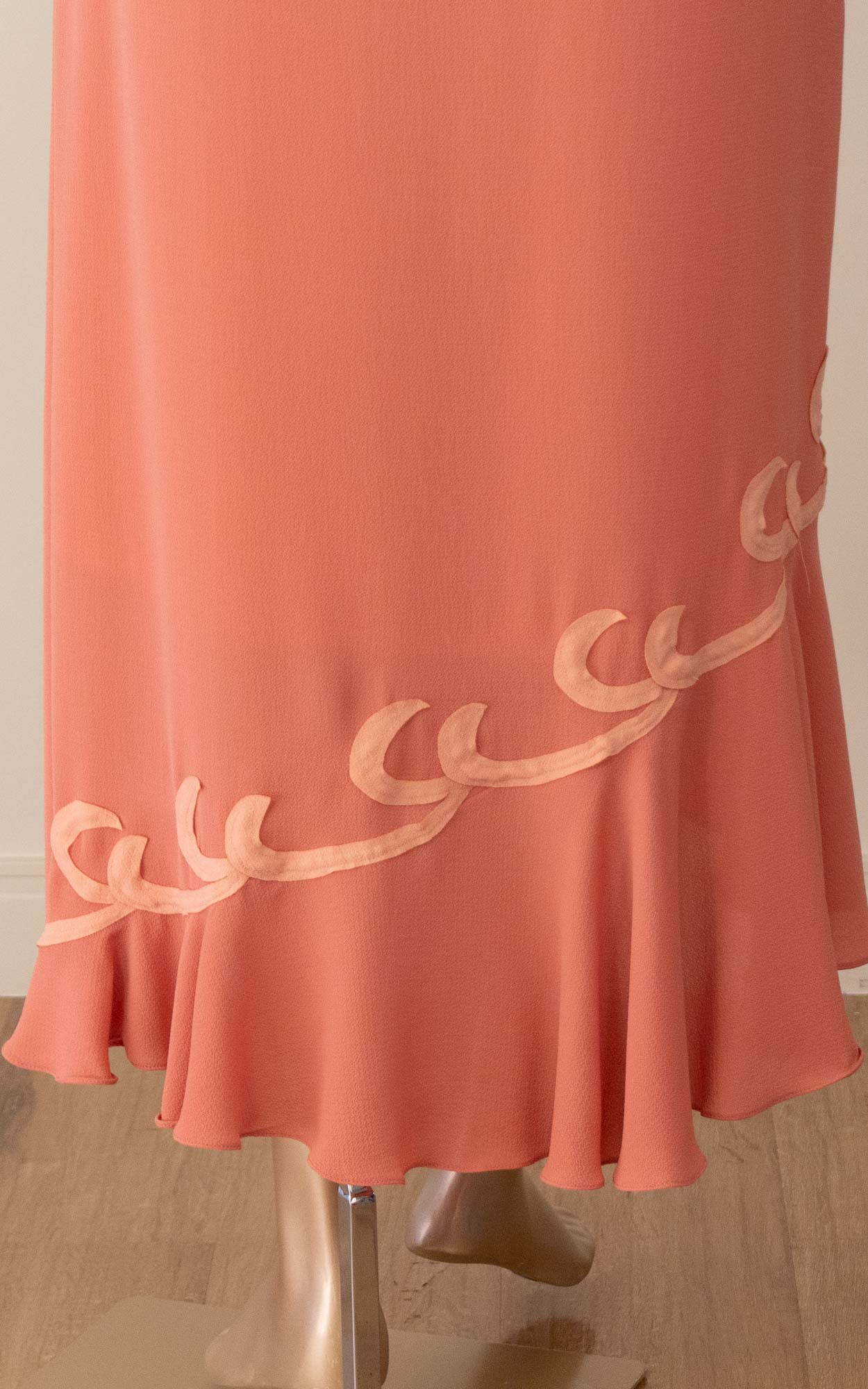 Vestido midi com detalhes em bordados