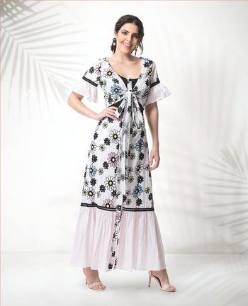 Vestido midi floral com abotoamento e detalhes em babados
