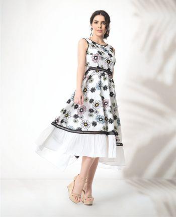 Vestido midi floral com detalhes em babados