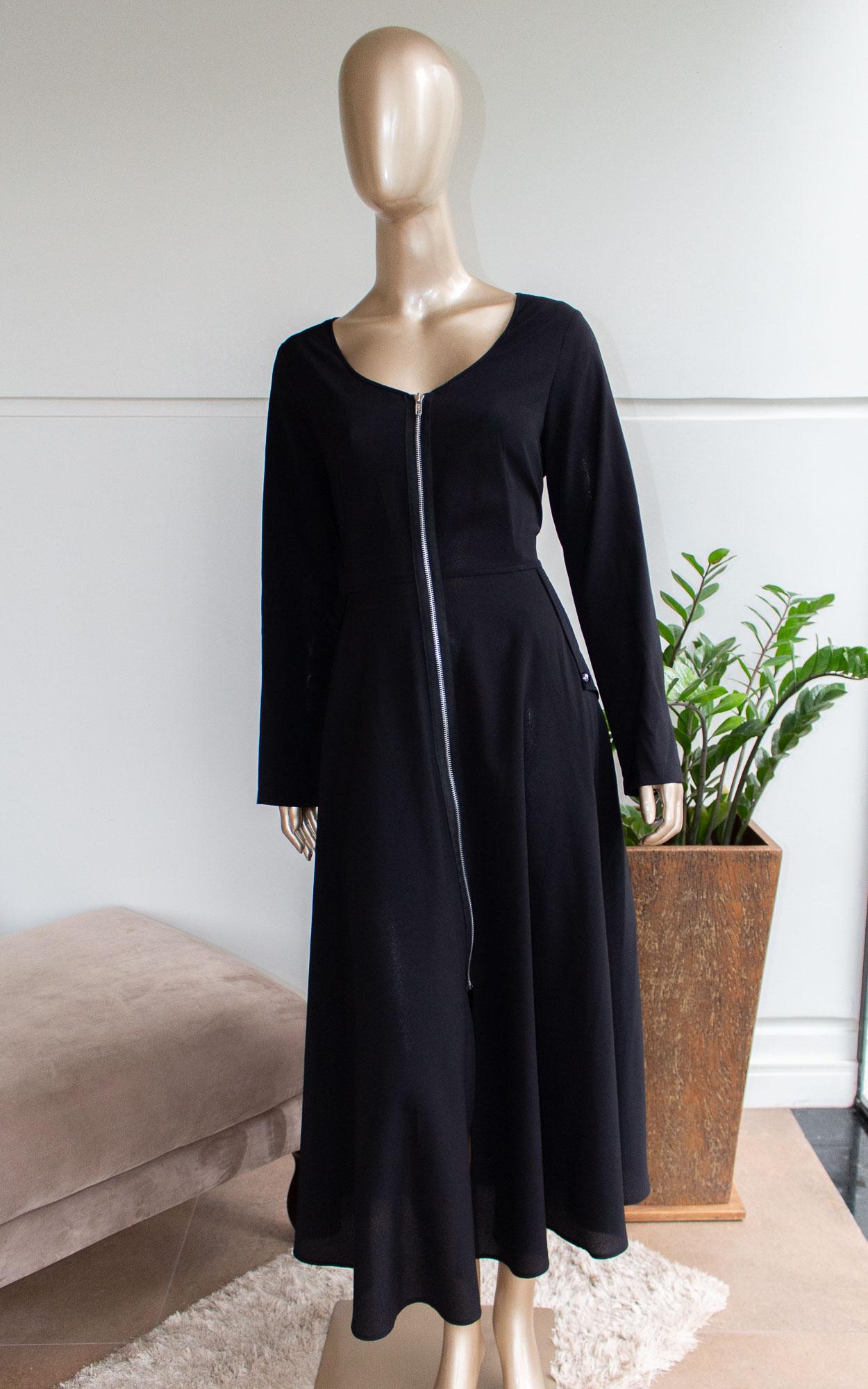 Vestido midi manga longa com abertura frontal em zíper e bolsos