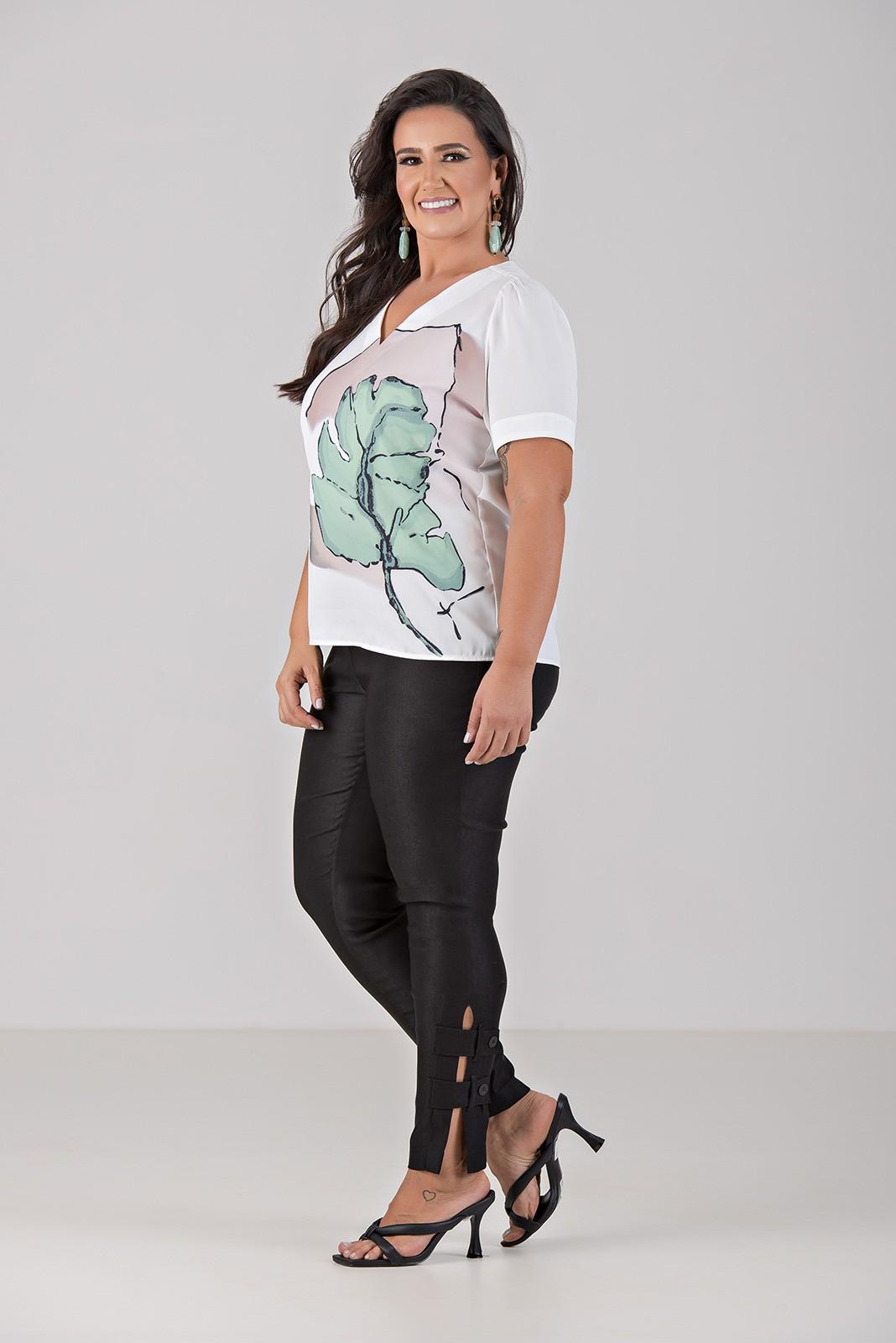 Blusa Com Decote V e Estampa Localizada - Plus Size
