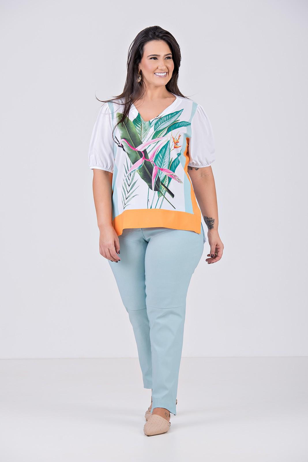 Blusa Plana Com Elastano e Decote em V - Plus Size