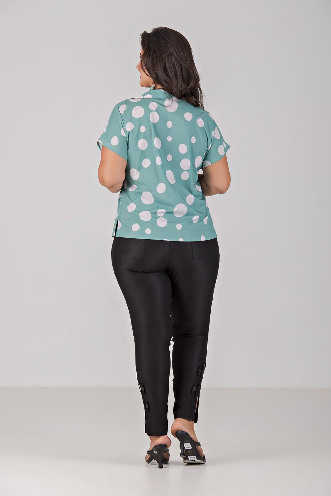 Camisa Decote V e Ombro Caído - Plus Size