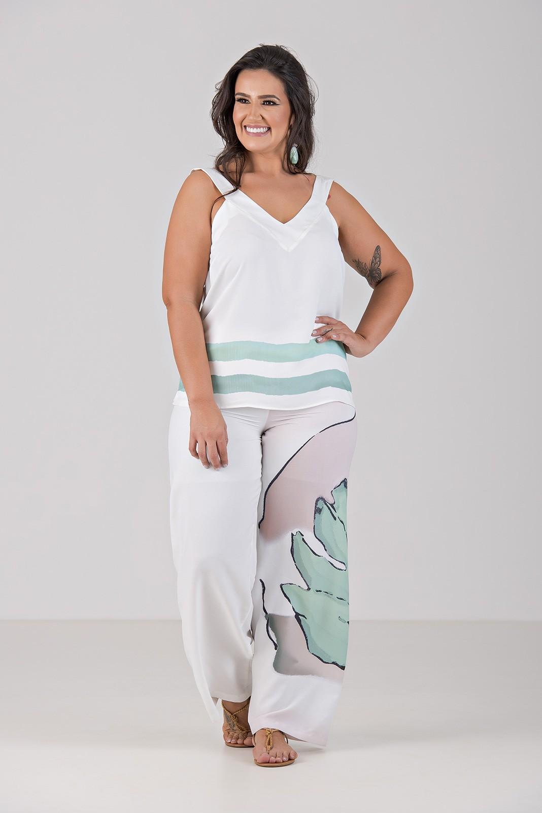Conjunto de Calça e Blusa Com Estampa Localizada - Plus Size