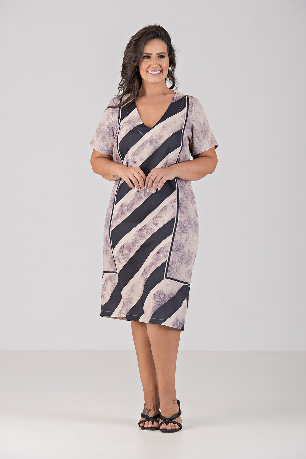 Vestido Classico com Decote V - Plus Size