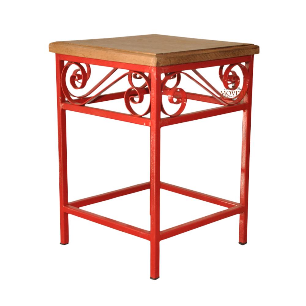 Banquinho de madeira e ferro rústico vermelho
