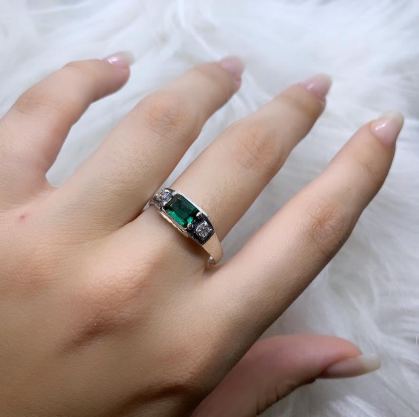 Anel de Formatura com Zircônias Verde e Cristal
