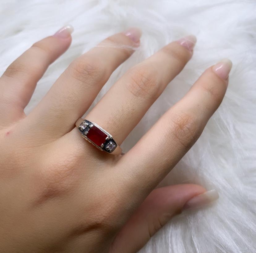 Anel de Formatura com Zircônias Vermelha e Cristal