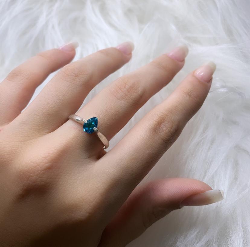 Anel Solitário Gota Zircônia Azul