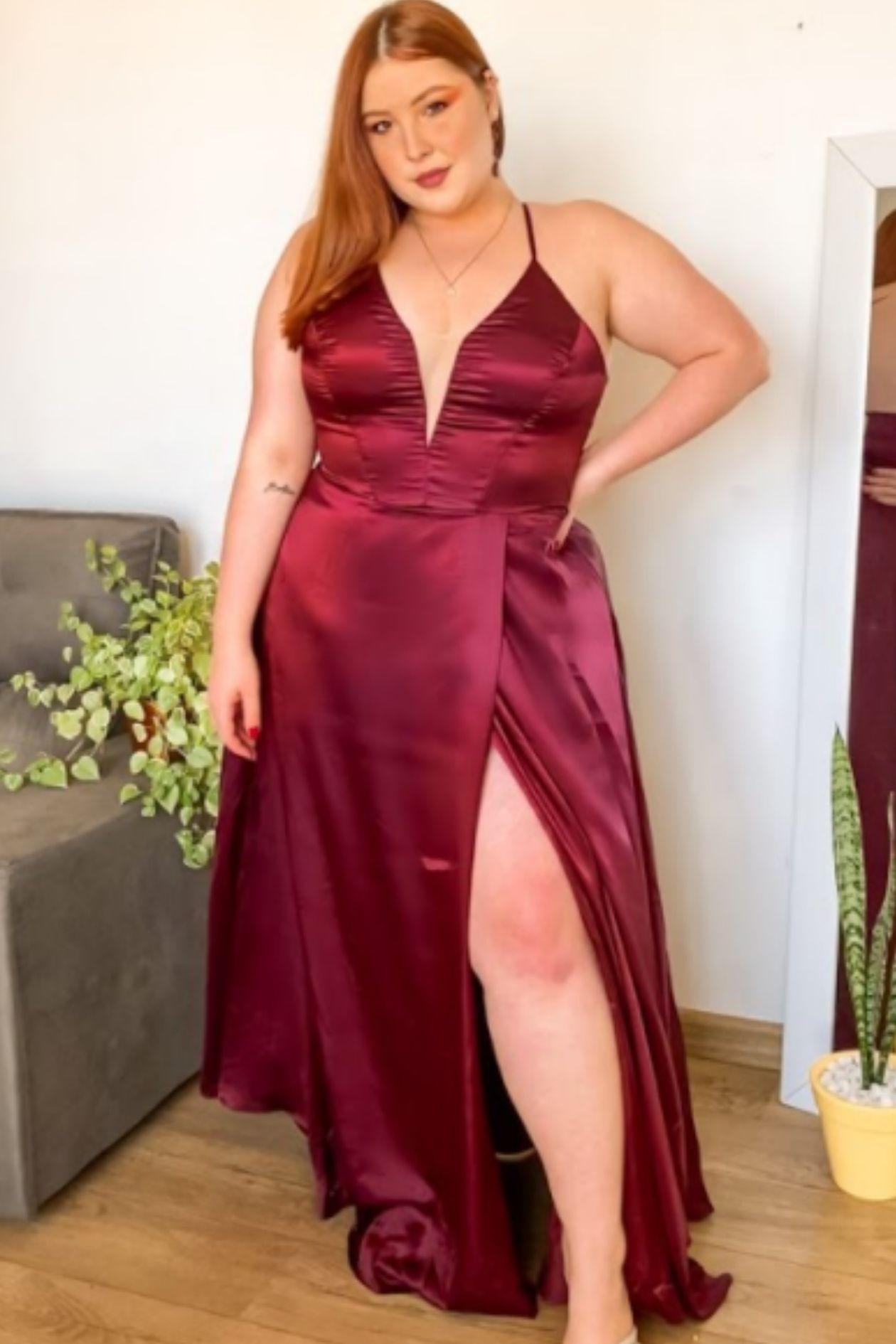 Vestido Plus Longo de Cetim Transpassada e Amarração nas Costas