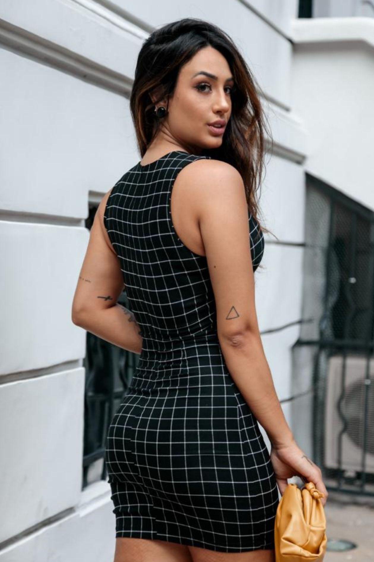 Vestido xadrez tubinho, com gola V e detalhe de bolsos frontais