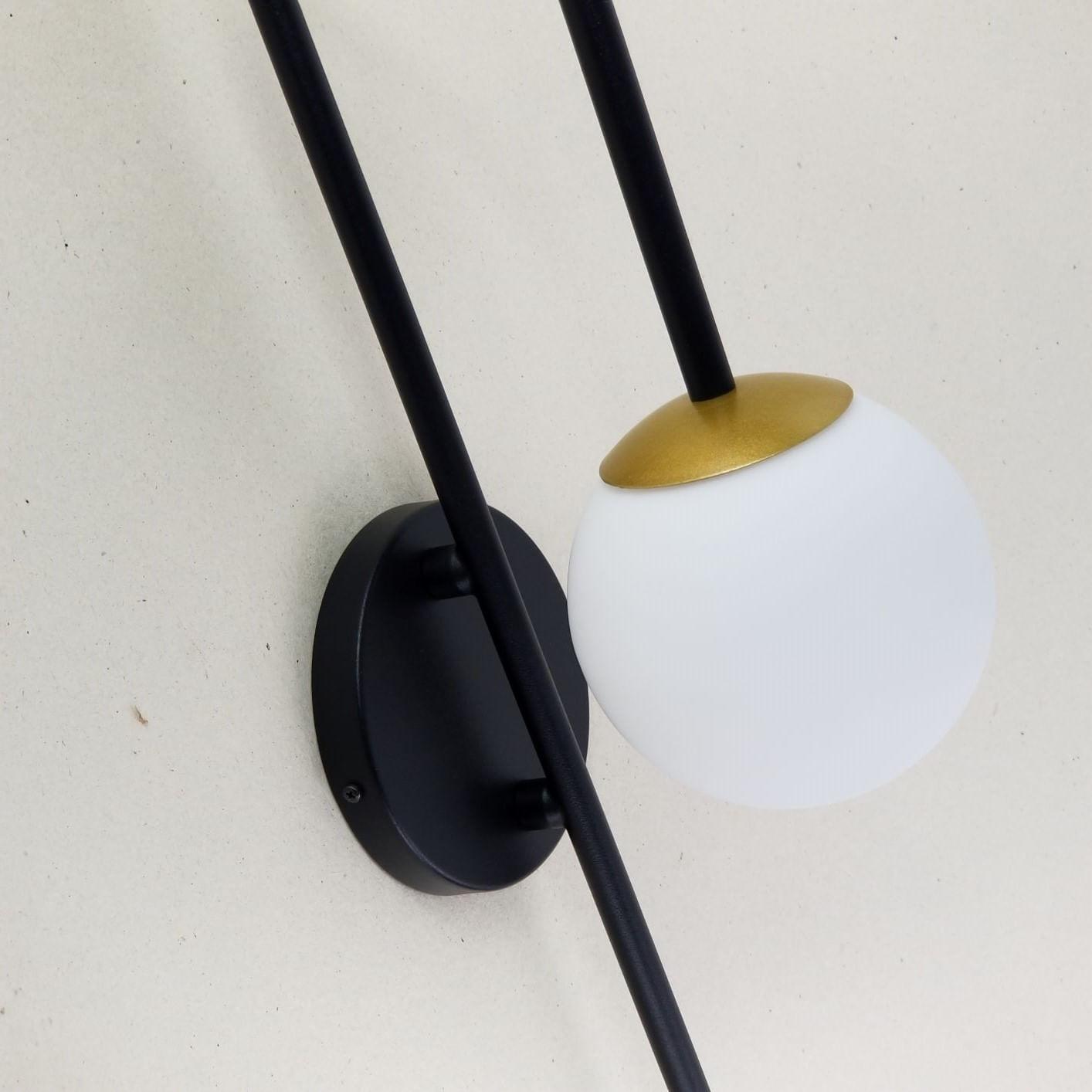 Arandela Curva Preto e Dourado e Globo Vidro Branco