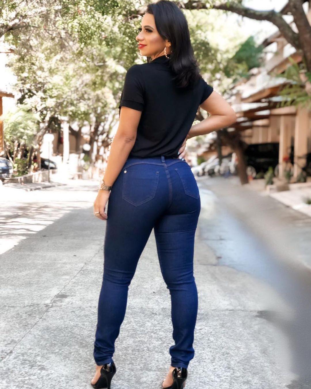 Calça Jeans Escura Básica Rasgo no Joelho