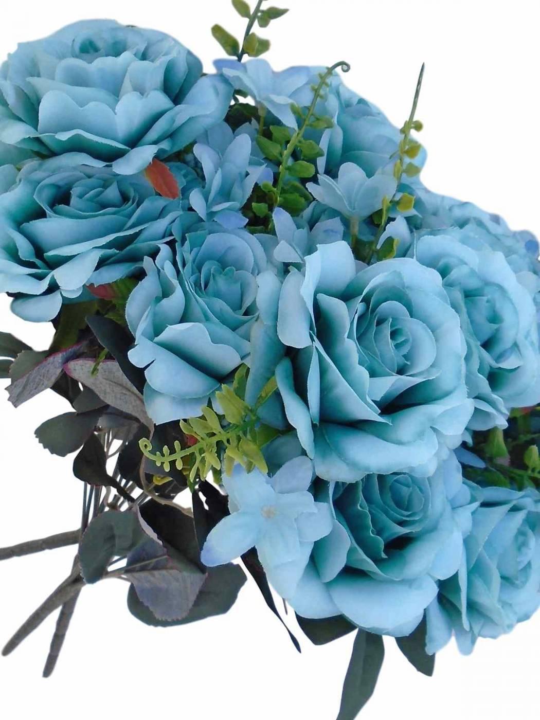 Buques de rosas com folhagens e complementos