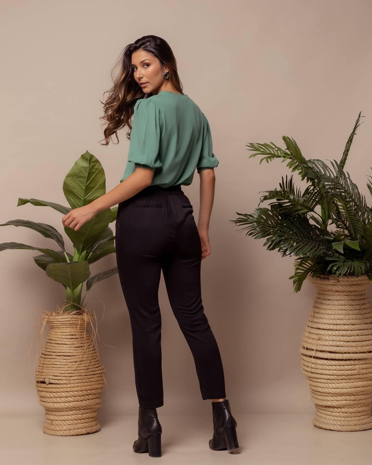 blusa verde  e calça preta