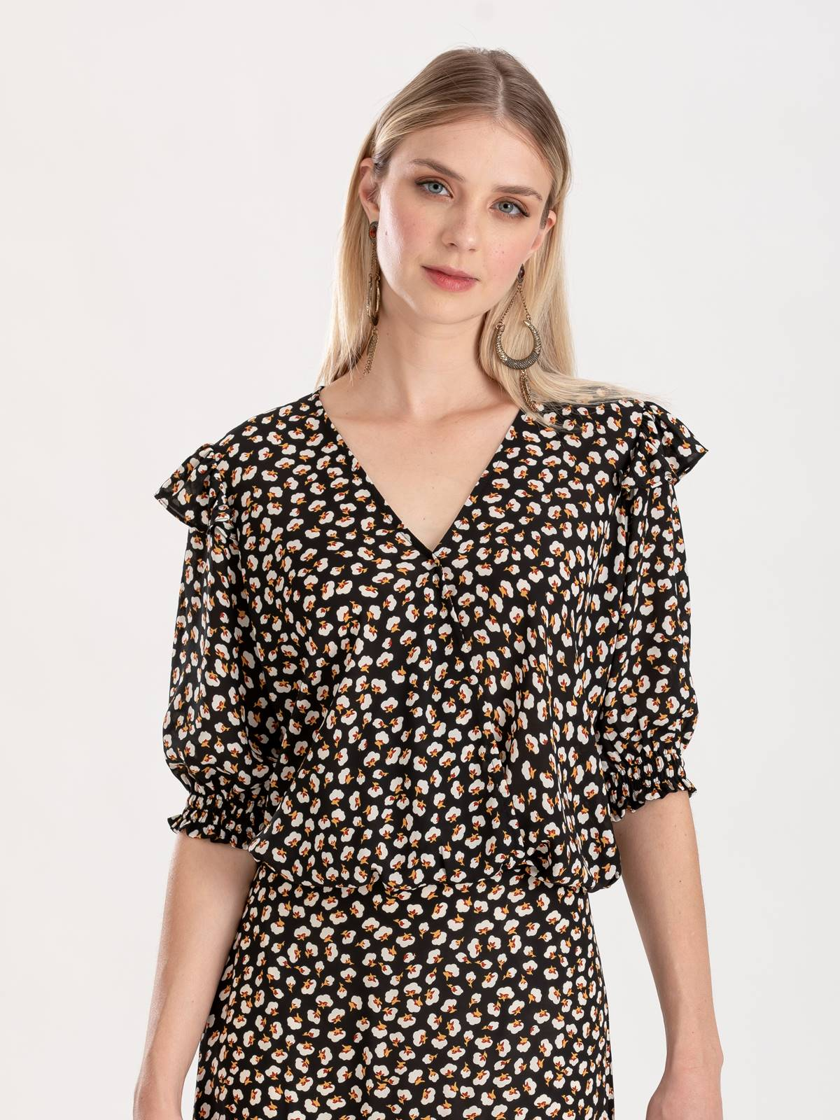 Blusa preta com estampa floral Ref: F12363