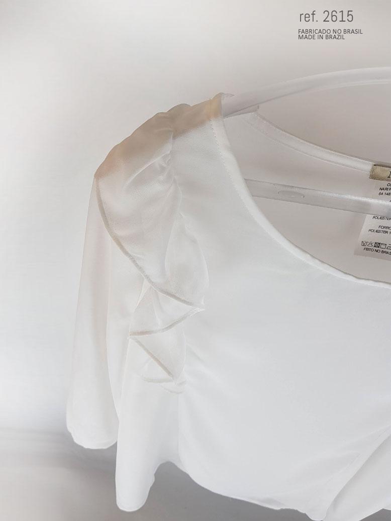 babado da blusa desce do ombro até a cintura