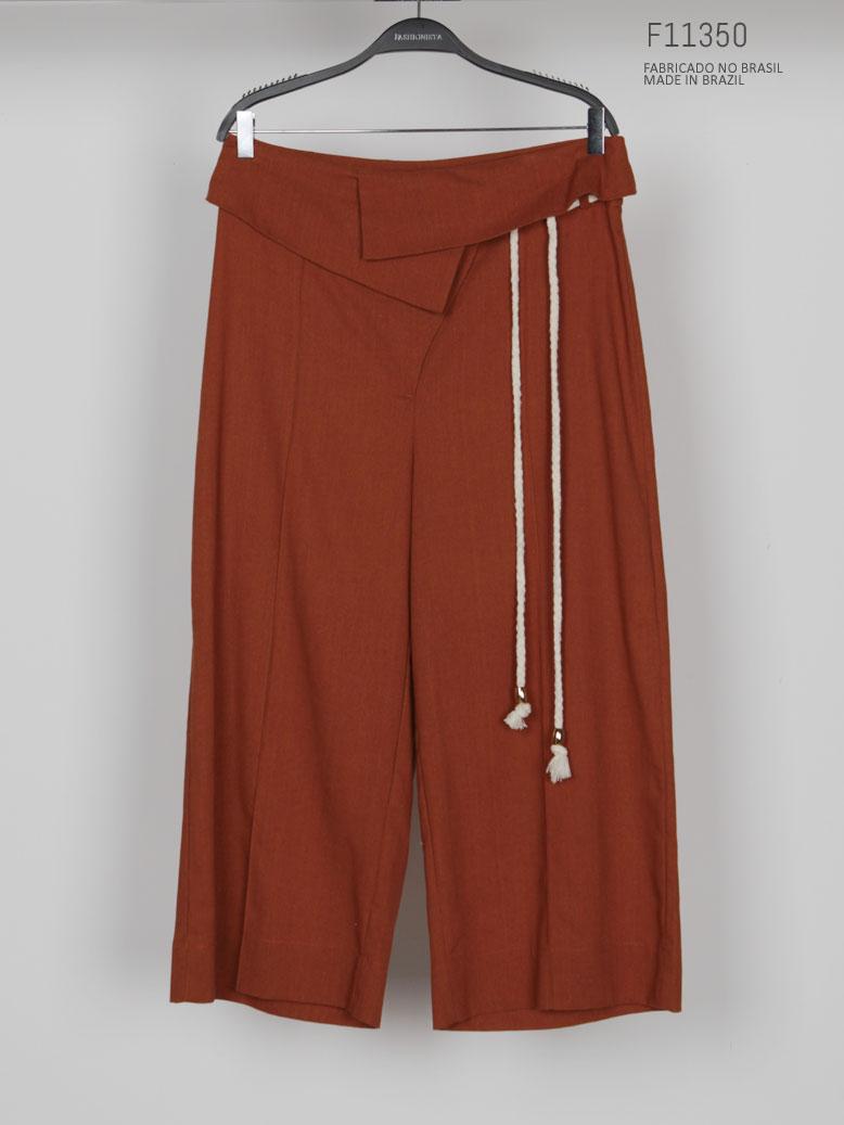 calça marrom com cordão